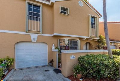 11353 Lakeview Dr Coral Springs FL 33071