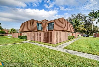 2557 Lakeview Ct Hollywood FL 33026