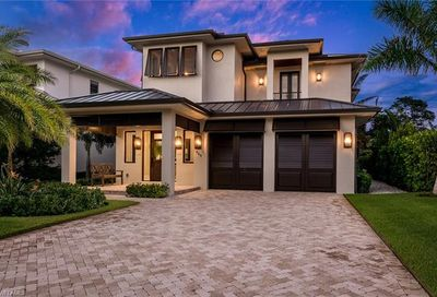 565 Fairway Ter Naples FL 34103