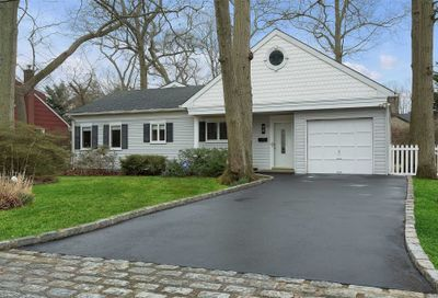 95 Mohawk Dr Brightwaters NY 11718