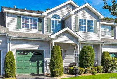 131 Willow Wood Dr Oakdale NY 11769