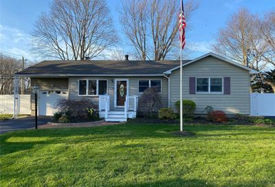 2 Marion Dr Moriches NY 11955