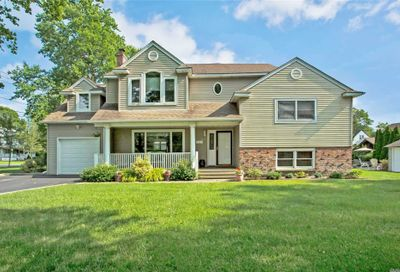 47 Iroquois Dr Brightwaters NY 11718