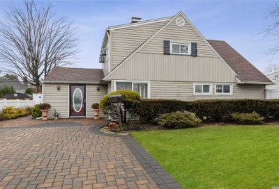 46 Serpentine Ln Levittown NY 11756