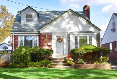 67 Willow St Floral Park NY 11001