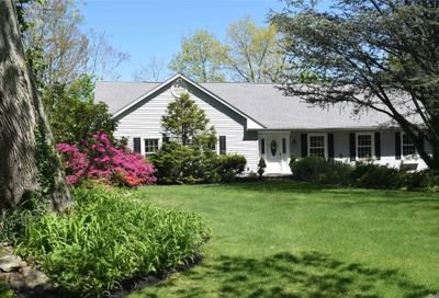 33 Pine Dr Cold Spring Hrbr NY 11724