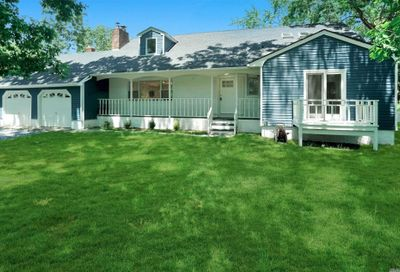 17 Woodcrest Dr East Moriches NY 11940