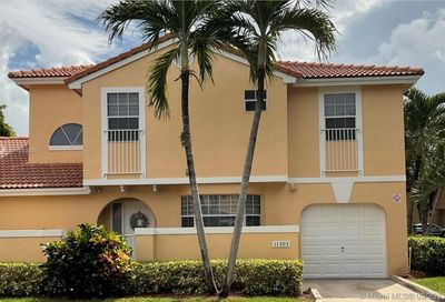 11303 Lakeview Dr Coral Springs FL 33071