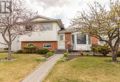 38 Russell Crescent Red Deer AB T4P3C1