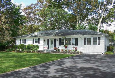 13 Rockledge Dr Shirley NY 11967